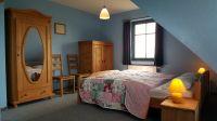 """großer Schlafraum mit Doppelbett im OG - Bild 6: Reetdachhaus """"Innisfree"""" in idyllischer Lage mit Blick auf das nahegelegene Haff"""