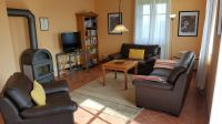 """Wohnzimmer mit Kaminofen - Bild 3: Reetdachhaus """"Innisfree"""" in idyllischer Lage mit Blick auf das nahegelegene Haff"""