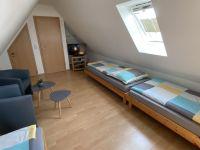 Dreibettzimmer mit TV - Bild 12: Fewo am Wieker Bodden 80m zum Wasser, WLAN,Terrasse, Garten, Fahrräder.