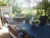 Terrasse mit Grillecke - Bild 9: Fewo am Wieker Bodden 80m zum Wasser, WLAN,Terrasse, Garten, Fahrräder.