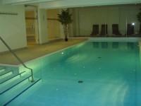 Schwimmbad mit Ruheraum und Sauna im Haus laden zum Entspannen ein. Massagen und Kosmetik können vor Ort gebucht werden. - Bild 6: 2-Zimmerbalkon FeWo Zempin - Strandnah - WLAN und Schwimmbad Kostenfrei