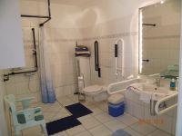 zu unserem barrierefreiem Bad können Sie einen Lifter, Duschrollstuhl oder Duschstuhl gegen eine kleine Gebühr zubuchen - Bild 3: barrierefreie kinder- und hundefreundliche Ferienwohnung****im EG in Lubmin