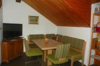 Wohnzimmer mit Sitzecke und SAT-Fernsehen - Bild 6: Ferienwohnung am Weissenstädter See im Fichtelgebirge