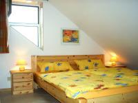 Schlafzimmer mit Doppelbett und großzügigem Stauraum - Bild 3: Ferienwohnung Bodenseeblick in Meersburg für Nichtraucher