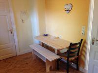 Im Essbereich in der Küche ist genügend Platz für max. 4 Personen - Auf der Lümmelbank zum Wohlfühlen können Sie sich austoben! - Das ggf. gebuchte Frühstück wird Ihnen hier serviert. - Bild 3: Gemütliche Ferienwohnung in Ostseenähe/ Lübecker Bucht