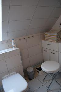 Es liegen genügend Handtücher bereit, Badhocker und Waschbtritt für Kinder  vorhanden - Bild 24: Die liebevoll einger. Fewo bietet einer gr. Fam. viel Platz u.Rückzugsmög.