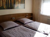 großes Schlafzimmer mit großem Doppelbett und großem Kleiderschrank  u.v.m.... - Bild 6: Ferienwohnung Haus Klinkhammer, Hellenthal, Nordeifel,Nationalpark