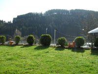 Das große, gepflegte Grundstück mit kleinen Gartenteichen ist kommplett eingezäunt und ist auch für Ihren Hund ideal. - Bild 3: Ferienwohnung Haus Klinkhammer, Hellenthal, Nordeifel,Nationalpark