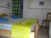 das neu ausgestattete kleine Schlafzimmer mit 2 Einzelbetten, Nachttischen, u.v.m... - Bild 9: Ferienwohnung Haus Klinkhammer, Hellenthal, Nordeifel,Nationalpark