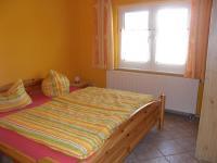 Typ 2 - Das Kiefernschlafzimmer für die Kinder ist mit einem Doppelbett, 2 Nachtische und einem Kleiderschrank ausgestattet. - Bild 12: Ostseeurlaub mit Hund - Wassergrundstück Piratennest Darß