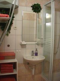 Apartment 2 Bad mit Dusche, WC, Fön, Handtücher, Seifenspender - Bild 15: Kokomo - moderne, vollausgestattete Ferienwohnung Insel Vir