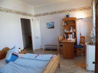 Blick aus dem Badezimmer auf das Zimmer & Zimmertür - Bild 6: Balkonzimmer *** / Pension Villa Erika * im Seebad Lubmin * Ostsee