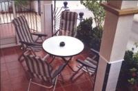 Terrasse vor der Haustür mit Esstisch und Stühlen - Bild 9: Ferienhaus im andalusischen Stil von privat an der Costa Blanca in Spanien
