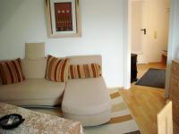 """Wohnzimmer mit Schlafcouch und gr. Essbereich - Bild 3: FeWo """"Haus Deichblick"""" naturnah & zentral"""