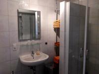 Das Badezimmer verfügt über eine große Dusche und Handtuchheizung - Bild 6: Ferienwohnung Mühlenblick in Rysum bei Greetsiel