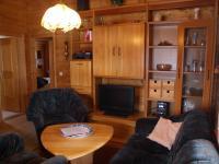 Werfen Sie einen Blick ins Wohnzimmer. - Bild 3: AWM-Ferienhaus im Bayerischen Wald, gemütliches Holzblockhaus mit Kaminofen