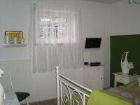 Auch im Schlafzimmer wird immer wieder erneuert.Ein weißer Falchbild TV rundet das Bild ab. - Bild 21: Urlaub an der Mosel mit Hund