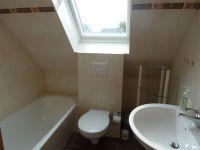 das Bad im Dachgeschoss verfügt über eine Badewanne - Bild 12: Kinder- u. hundefeundliches Ferienhaus in Binz, hell u. modern, mit Garten
