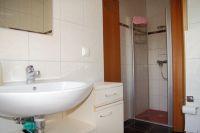 das Bad im Erdgeschoss verfügt über eine Badewanne und eine Dusche - Bild 12: Kinder- u. hundefeundliches Ferienhaus in Binz, hell u. modern, mit Garten
