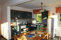 Im Erdgeschoss befindet sich ein großer offener Küchenbereich mit Einbauküche - Bild 9: Kinder- u. hundefeundliches Ferienhaus in Binz, hell u. modern, mit Garten