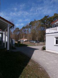 links Hauseingang - Zufahrt zu reservierten Stellplätzen - rechts ebenderdiges Fahrradhaus! - Bild 21: Palais am Park - Ostseebad Kühlungsborn - Ost !