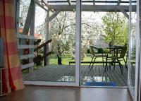 Blick vom Wohnzimmer auf die überdachte Terrasse und den alten  Obstgarten - Bild 3: Am Apfelgarten in Lüneburg, Wohnung 1