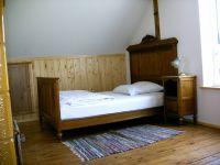 In diesem Schlafraum befinden sich dieses französiche Bett, ein Kojenbett und eine Couch, die als Schlafcouch (sehr einfach) genutzt werden könnte. - Bild 18: Ferienhaus Beestland am Rande der Mecklenburgischen Schweiz für 6 Personen