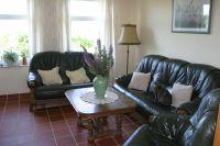 Das Wohnzimmer ist mit einer Ledergarnitur ausgestattet. 2-Sitzer, 3-Sitzer und ein Sessel. Ein großer Flachbildfernseher ist vorhanden - Bild 3: Ferienhaus Beestland am Rande der Mecklenburgischen Schweiz für 6 Personen