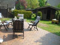 Terrasse mit Sitzgruppe und kleiner eingewachsener Garten. - Bild 3: Ferienhaus BUTEN gemütliche Doppelhaushälfte mit Terrasse und Garten