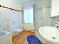 Badezimmer mit Dusche, WC, Badewanne - Bild 9: Ferienhaus BUTEN gemütliche Doppelhaushälfte mit Terrasse und Garten