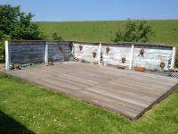 neu angelegt,die hintere Terasse,direkt am Deichzugang über eine kleine Brücke - Bild 6: BULLERBÜ-Exkl Ferienwohnung 120 m² mit Garten, Alleinlage im Reet-Dach-Haus