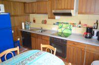 Küche mit großen blauen Kühlschrank, Geschirrspülmaschine, Backofen, Ceranfeld, Mikrowelle und allen nötigen Küchenotensilien - Bild 9: Haus am Bergflüsschen - Whirlwanne - Garten - Pool - Sauna - Alleinnutzung
