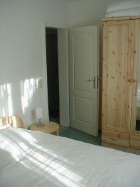 Teilansicht der Schlafzimmers - Bild 6: FeWo Wiek auf Rügen, Erdgeschoss mit Terrasse und Gartennutzung