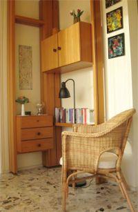 Hier finden Sie eine kleine Bibliothek und Ihren Hotspot für die Verbindung über WLAN ins Internet. - Bild 12: Großzügige Ferienwohnung mit Meerblick im Ostseebad Hohwacht