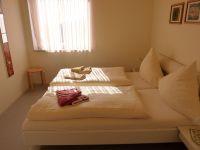 Das Schlafzimmer mit Doppelbett nach Südwesten. - Bild 12: Großzügige Ferienwohnung mit Meerblick im Ostseebad Hohwacht