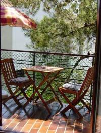Alle Balkone sind mit Holzsitzmöbeln und Sonnenschirm ausgestattet - Bild 6: Ferienwohnung Samsa in Rovinj / Istrien 250 m vom Strand