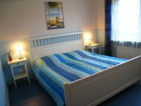 """Blaues Schlafzimmer mit Doppelbett - Bild 6: Ferienwohnung """"Regina"""" im Hafenstädchen Varel (vier Sterne)"""