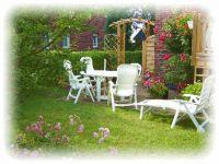 Unser Garten ist komplett eingezäunt und bietet eine Südterrasse mit Gartenmöbeln und Grill. - Bild 6: Ferienhaus Seeblick im Nordsee-Bad Dangast direkt beim Strand mit Hund