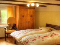-Bett mit Bio-Komfortmatratze -Verstellbarer Lattenrost -Wärmeschacht vom Kachelofen -Bettwäsche und Luxus-Bettdecken in Übergröße 220 x 150 sind in jedem Schlafzimmer vorhanden.  Dem liebevoll gestalteten Landhausschlafzimmer geben die alten Holzbalken an der Decke seinen bezaubernden Charme. Ein kleines Nest zum Kuscheln und Träumen für einen erholsamen Schlaf. - Bild 6: Ferienhaus Allgäuperle, Perle in malerischer Landschaft des Allgäus.