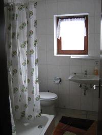 kleines Bad mit Dusche, WC und Waschbecken - Bild 9: Ferienwohnung EifelNatur 2 - großzügige 3-Sterne-FeWo für bis zu 7 Personen