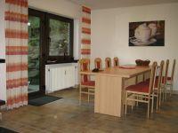 großer Esstisch mit Ausgang zur Terrasse - Bild 6: Ferienhaus EifelNatur 1 - großzügige und komfortable 4-Sterne-FeWo