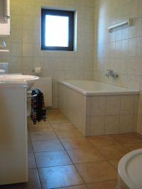 Großes Bad mit Dusche und Badewanne - Bild 12: Ferienhaus EifelNatur 1 - großzügige und komfortable 4-Sterne-FeWo