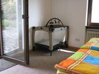 Kinderbett, Ausgang zur Terrasse - Bild 15: Ferienhaus EifelNatur 1 - großzügige und komfortable 4-Sterne-FeWo