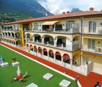 Blick Richtung Hauptgebäude. - Bild 3: Giardino dei Colori - Schöne moderne 6 Pers. - Ferienwohnung am Gardasee