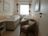 Das Schlafzimmerfenster kann durch ein Rollo abgedunkelt werden. - Bild 12: Groemitz-Villa am Meer - Seeblick Ferienwohnung