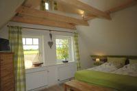 uriges u. stabiles Holzbalkenbett, großer Kleiderschrank, - Bild 3: mitten in d. Natur, modern,ruhiges Haus für 6 Pers. rollstuhlgerecht