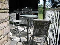 Balkon mit Tischen, Stühlen und modernem Gasgrill - Bild 12: Ferienwohnung EifelNatur 3 - gemütliche 4-Sterne-Dachgeschosswohnung