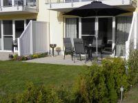 die Terrasse ist ausgestattet mit Terassenmöbeln, Sonnenschirm und Grill - Bild 3: Ferienwohnung Buhnenkieker-Graal-Müritz-Ostsee