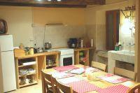Diese Küche ist so gross, dass alle darin Platz finden - Eltern, Kinder, Freunde, Hunde und Katzen, unter anderem - Bild 3: Ferienwohnung I im Cá Árbul (Valle Cannobina in Italien/Lago Maggiore)