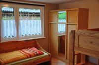 Schlafzimmer / Kinderzimmer mit einem Einzelbett und Etagenbett - Bild 3: Ferienhaus Wiebers am Hohenfelder Ostseestrand ( 150 m )